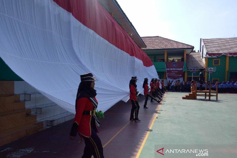 Siswa kibarkan bendera raksasa saat HUT ke-74 RI di Garut