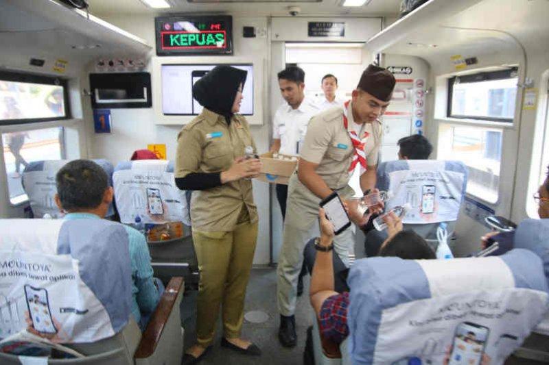 HUT ke-74 RI, KAI Cirebon berikan 1945 air mineral gratis