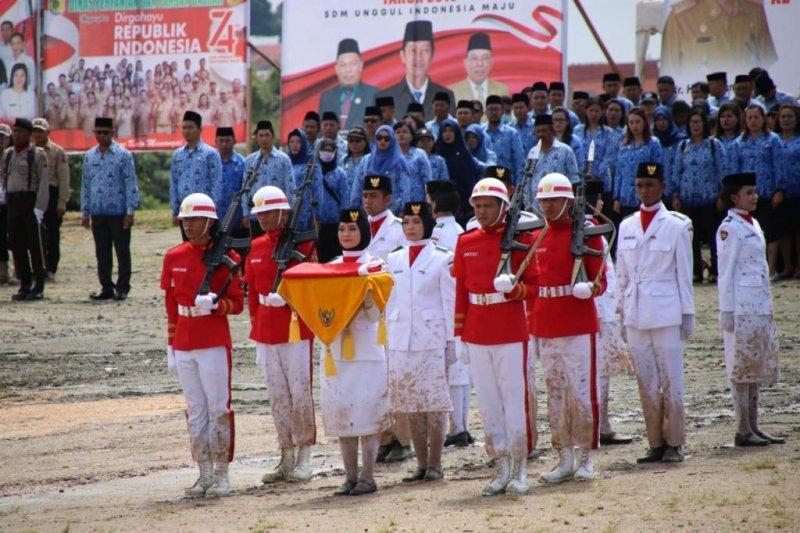 Anggota Paskibraka Morowali Utara jatuh karena tertusuk paku saat bertugas