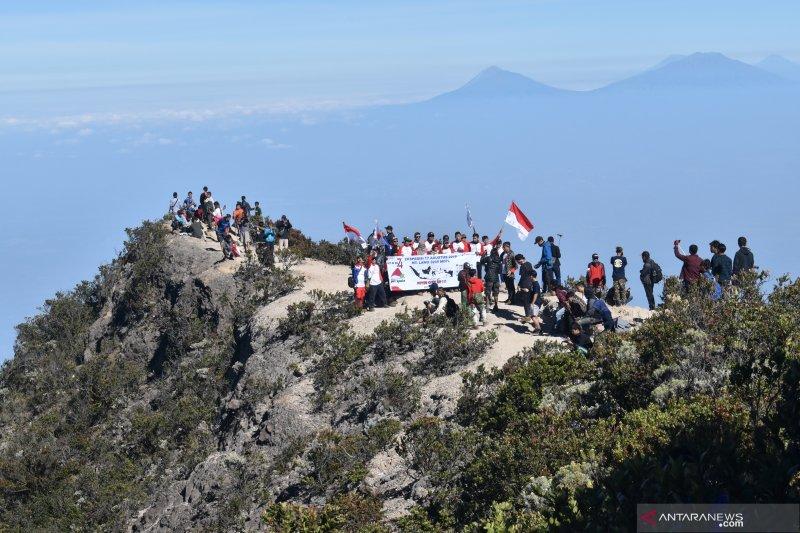 Pendaki Peringati HUTke-74 Kemerdekaan RI di puncak Gunung Lawu
