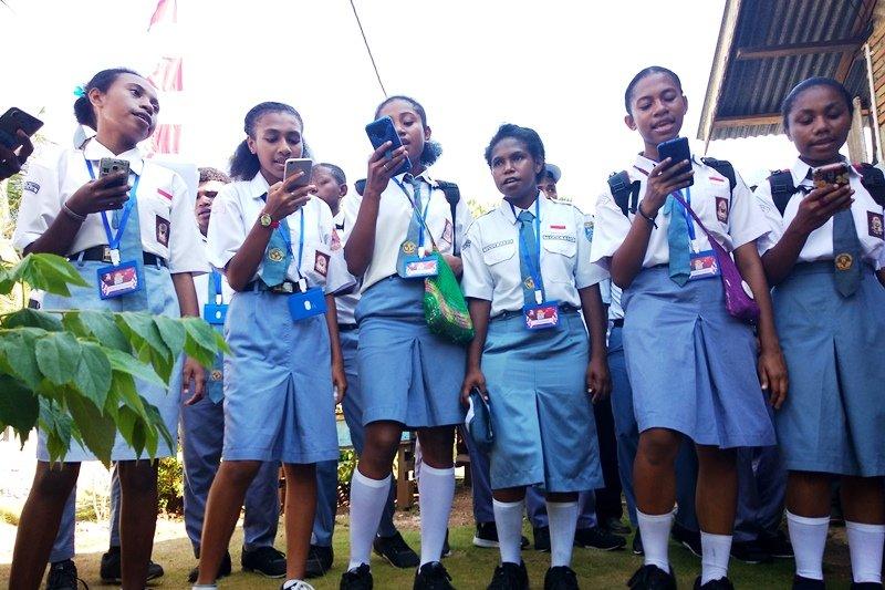 Peserta SMN Papua Barat  belajar lagu daerah Sulbar