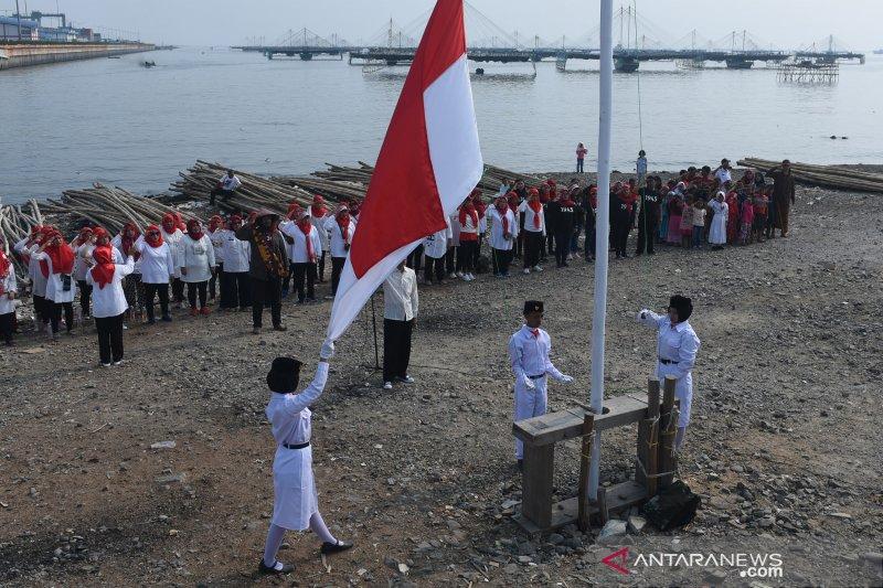 Warga pesisir Jakarta Utara  gelar upacara kemerdekaan RI