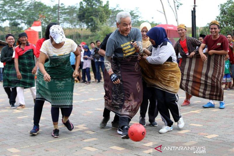 Gubernur Jateng futsal pakai sarung lawan emak-emak pada HUT RI