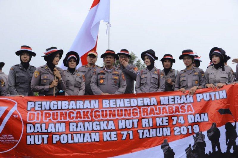 Berita kemarin, Polda Lampung sukses kibarkan bendera di puncak Gunung Rajabasa