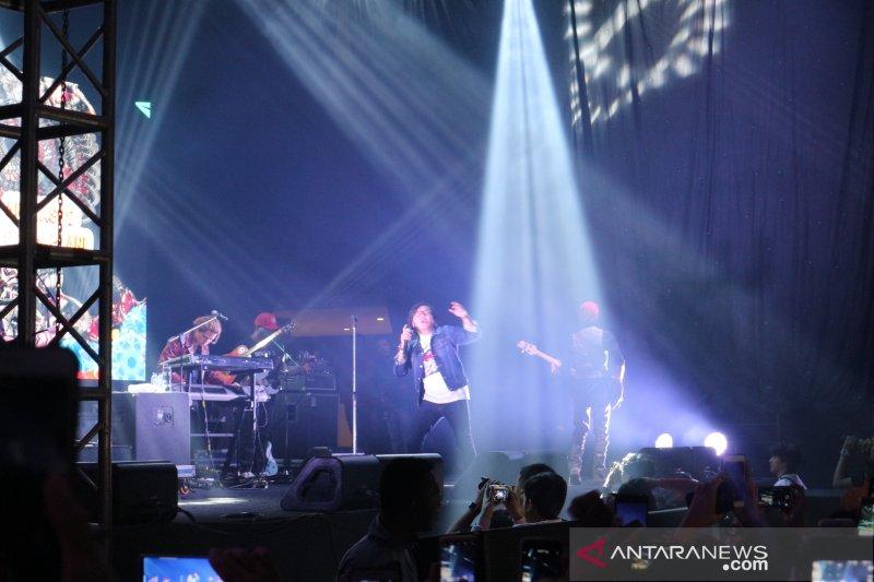 """Dewa 19 bawakan lagu """"Cukup Siti Nurbaya"""" di FMW 2019"""