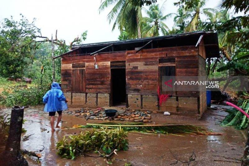 Angin kencang rusak 24 rumah di pedalaman Aceh Barat