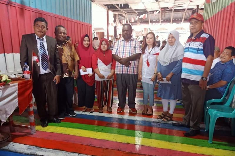 Bupati Asmat serahkan hadiah perlombaan HUT RI di Pasar Dolog