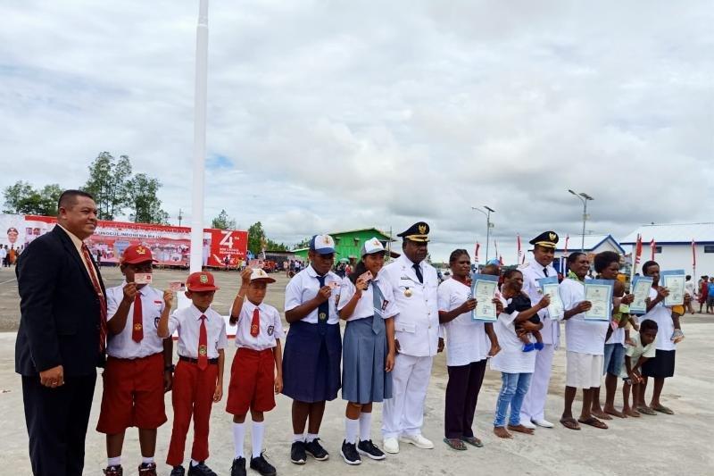 Warga Asmat terima akte kelahiran-Kartu identitas usai upacara HUT RI