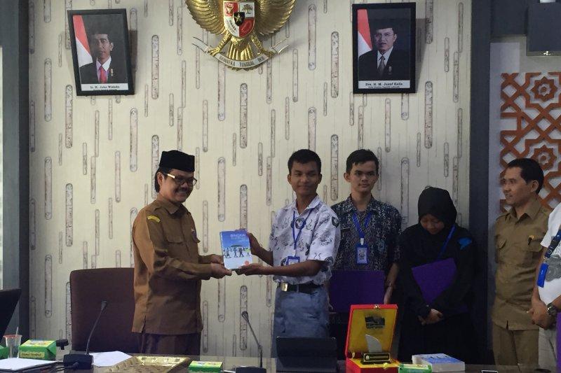 Peserta SMN Banten serahkan buku Bingkai Anak Negeri untuk Arpus Aceh