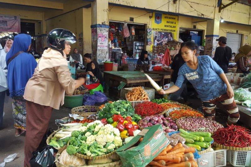 Pemkot mengevaluasi petugas pasar cegah pungli