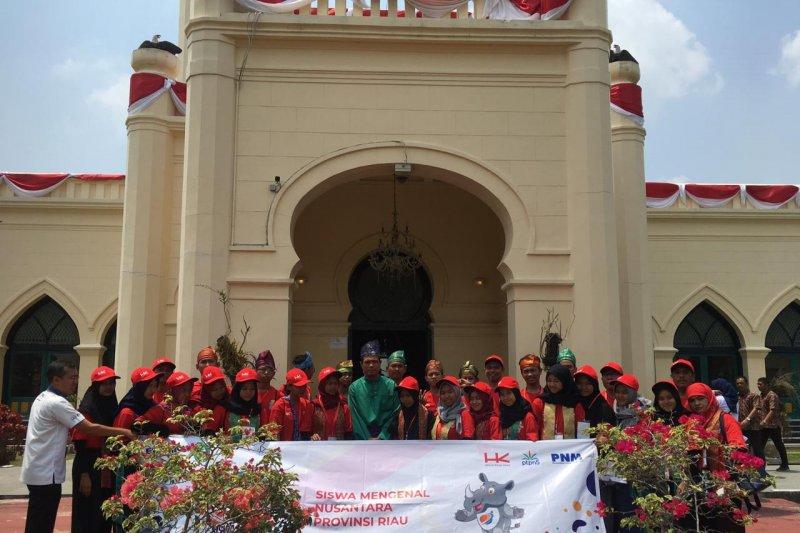 VIDEO - ini keseruan saat peserta SMN Yogyakarta melawat ke Istana Siak
