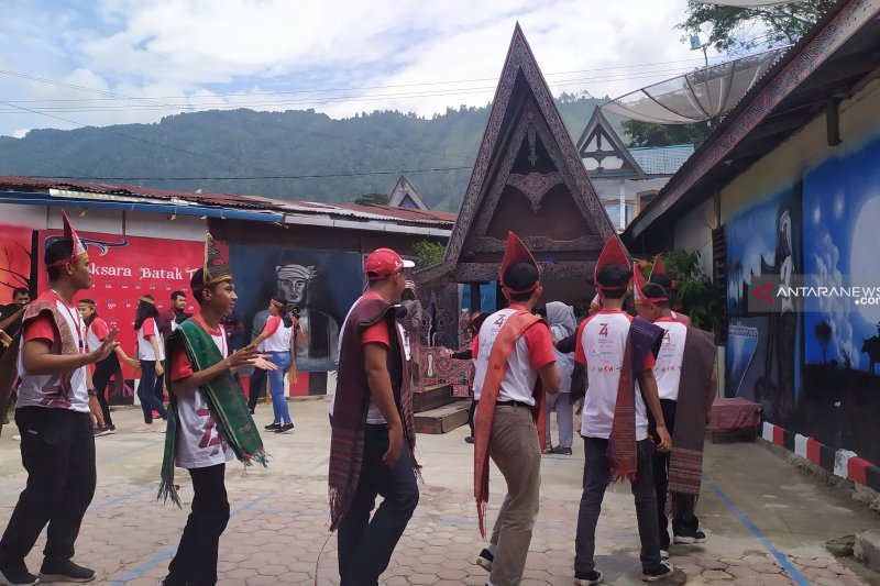 "SMN asal Sulawesi Tengah buru kain ""ulos"""