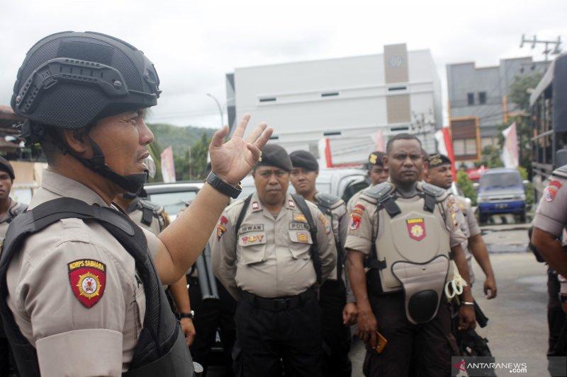 TNI dan Polri buka blokade jalan di kota Sorong