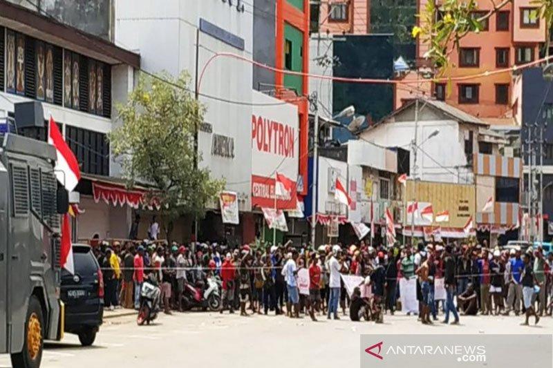 Ribuan pendemo long march ke kantor gubernur di Jayapura