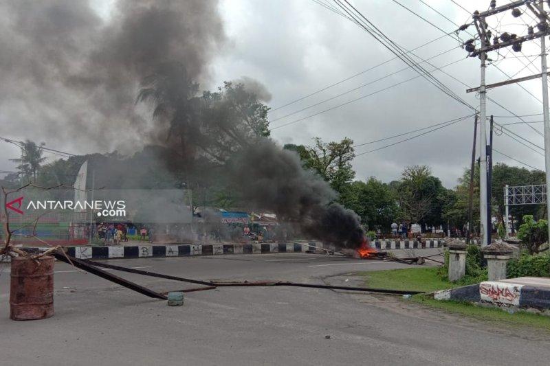 Sejumlah jalan di Sorong Papua Barat masih diblokade warga sambil bakar ban