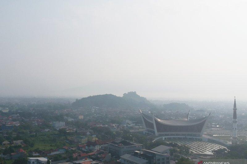 Gubernur Riau khawatirkan asap karhutla kiriman tetangga, begini penjelasannya