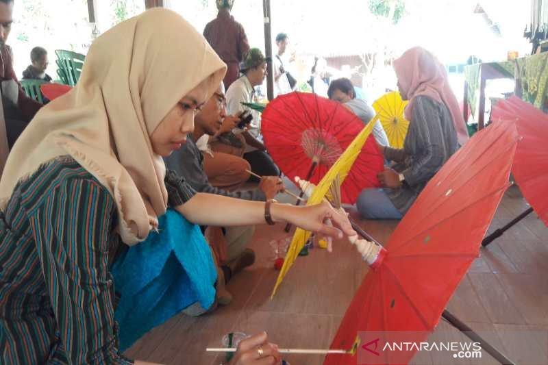 Paket wisata melukis payung diminati pengunjung Borobudur