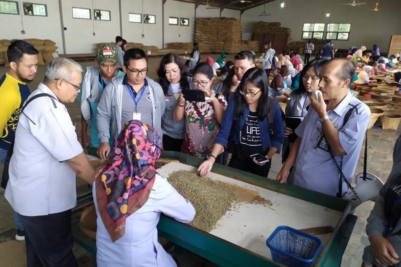 Peserta SMN dari Sulawesi Utara berkunjung ke Pabrik Kopi Banaran