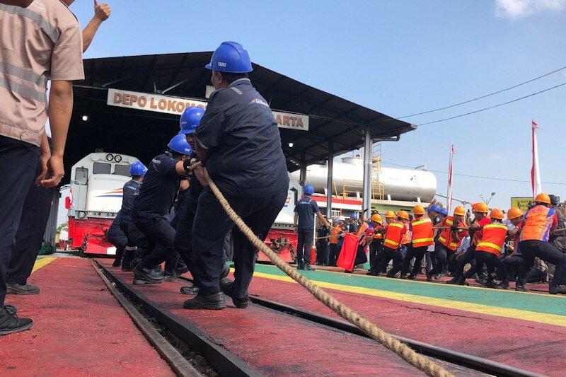 Pekerja PT KA meriahkan lomba tarik lokomotif di Yogyakarta