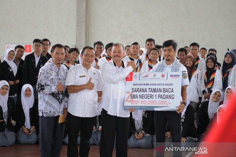 BUMN Hadir Untuk Negeri bantu perpustakaan SMAN 1 Padang