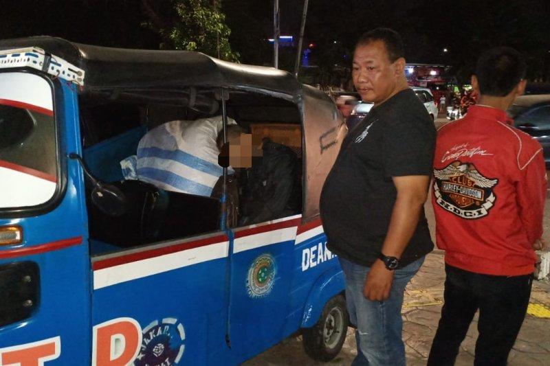 Posisi penumpang bajaj meninggal bersandar di barang bawaan