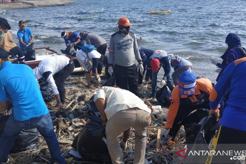 Komunitas Pencinta Laut Kolaka bersihkan sampah plastik