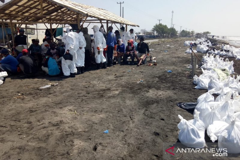 Ratusan TNI -Polri masih bantu bersihkan tumpahan minyak di prsisir Karawang