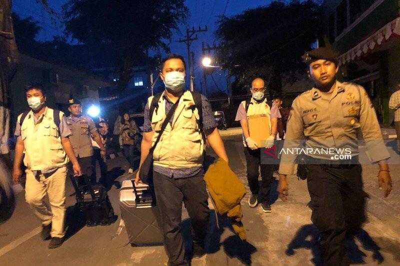 Penyidik KPK bawa tiga koper usai periksa ruangan DPUPKP Yogyakarta