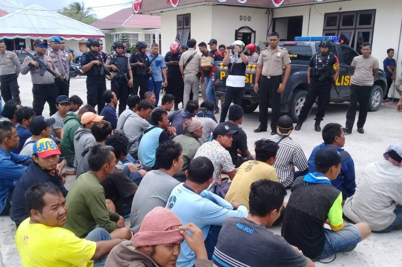 Lanal Aru menyerahkan ABK KM Mina Sejati ke polres
