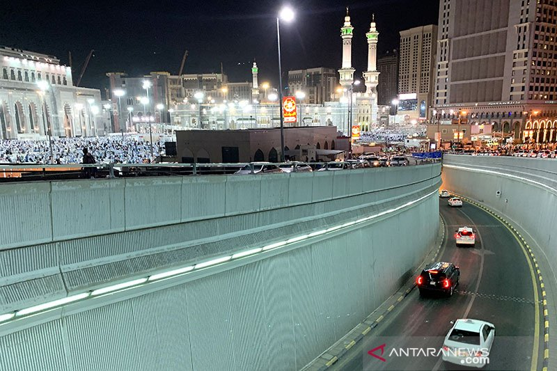 Suasana malam Masjidil Haram dari atas terminal Jiad