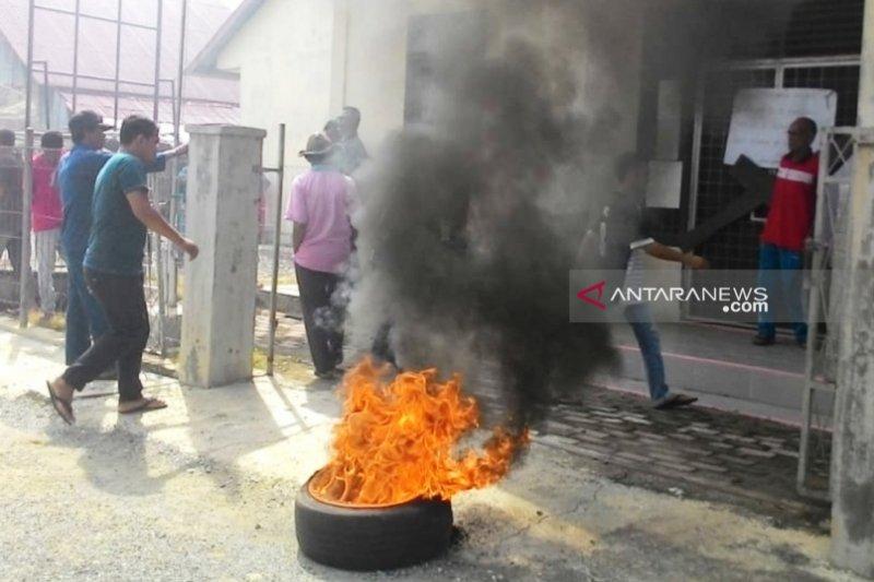 Roda pemerintahan tak berjalan, warga Nagan Raya Aceh bakar ban dan segel kantor desa