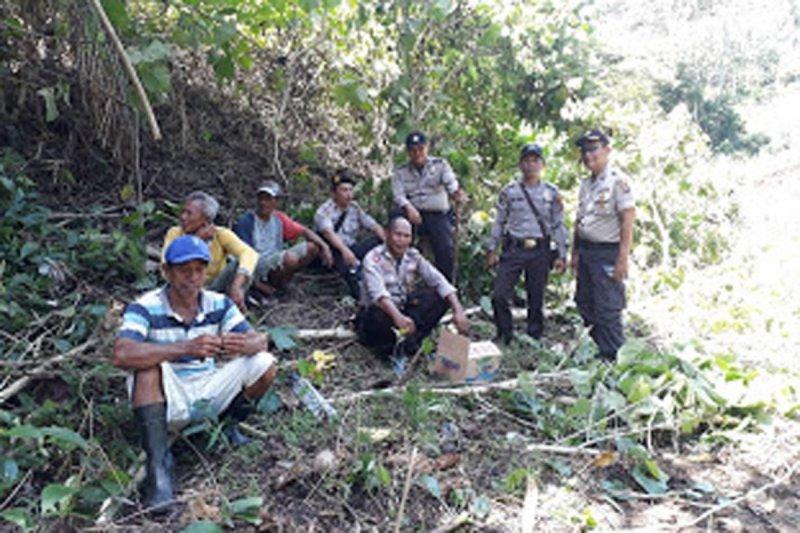 Polisi bersama warga berpatroli di hutan cegah karhutla