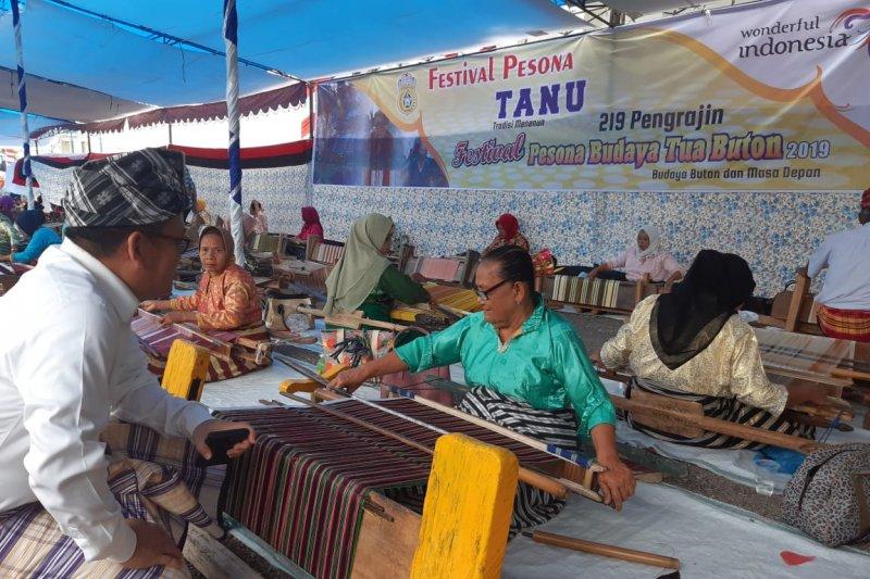 Aksi 100 penenun meriahkan puncak Festival Buton Tua