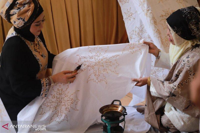 Motif Batik Mandeh Rubiah diperkirakan telah berumur lebih dua abad