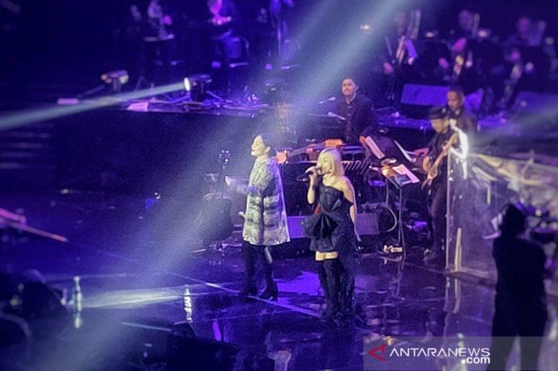 Nagita Slavina dan Rinni Wulandari tampil bersama di konser Nicky Astria