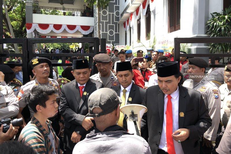 Usai dilantik, anggota DPRD Kota Malang temui massa demonstrasi