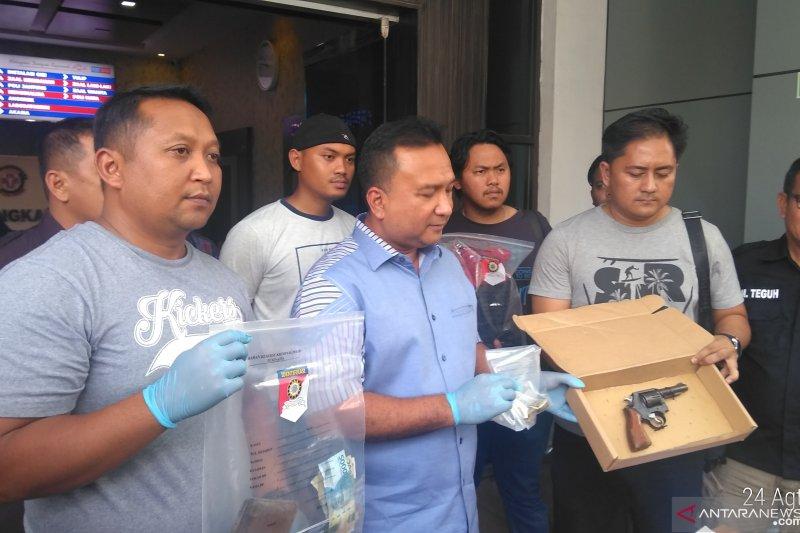 Polisi baku tembak dengan pelaku pencurian senpi