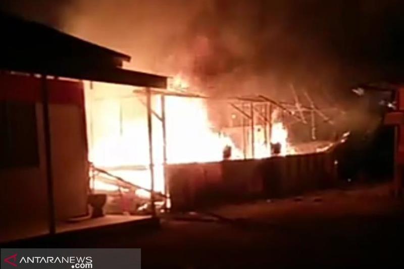 Sekolah darurat korban gempa Palu terbakar