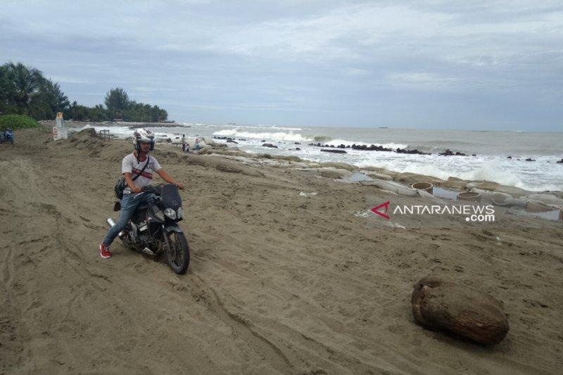 Badan jalan di Aceh Barat tertutup akibat abrasi pantai