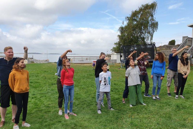 Anak-anak Swedia ikut lomba makan kerupuk dan balap karung