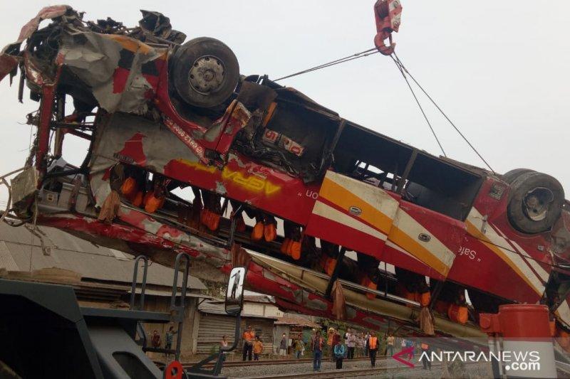 PT KAI evakuasi bus yang kecelakaan dengan kereta di Karawang