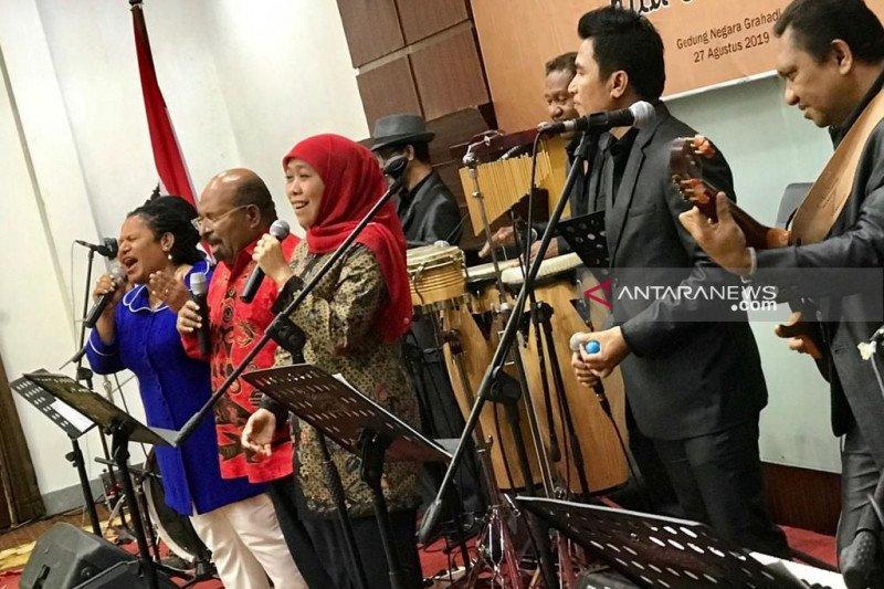 Khofifah dan Lukas Enembe duet nyanyikan lagu Papua