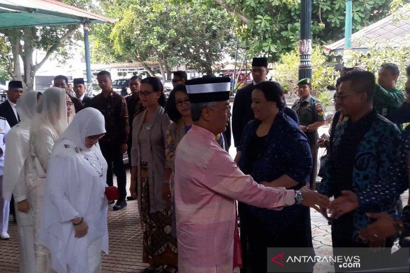 Permaisuri Raja Malaysia menyempatkan diri membatik di Keraton Yogyakarta