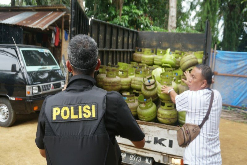 Kepolisian gerebek gudang pengoplosan elpiji 3 kg di Langkat