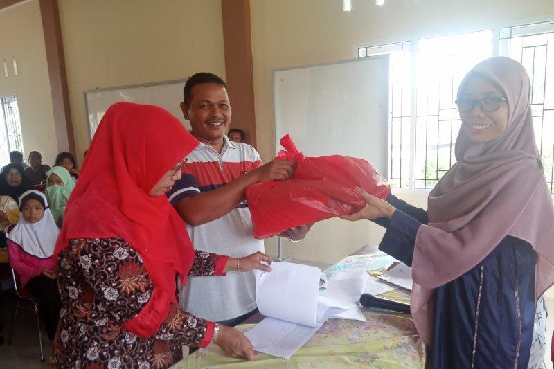 Bantu pelajar dari keluarga kurang mampu, Nagari Lubukbasung bagikan 100 paket kebutuhan sekolah