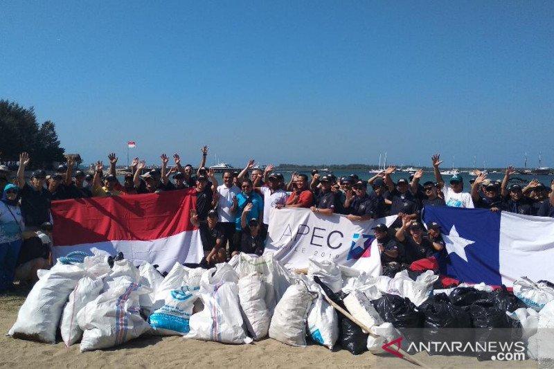 Masyarakat Bali dan kru kapal angkatan laut Chili bersih-bersih pantai
