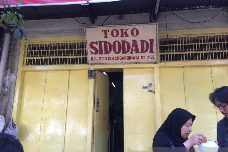 Jajan di toko-toko roti jadul di Bandung