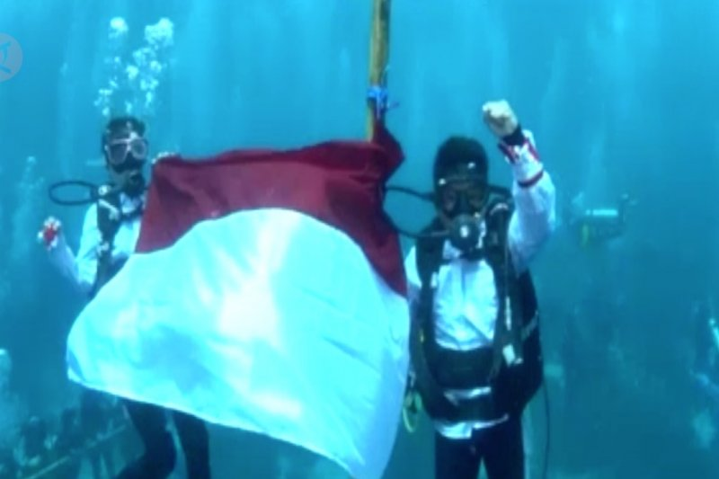 8 WNA dari 6 negara kibarkan Merah Putih  di bawah Laut Wakatobi