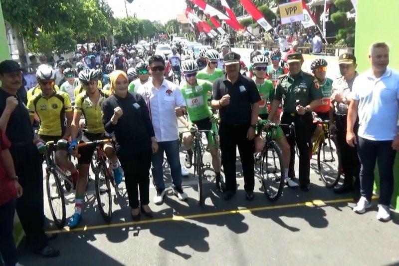 Ratusan pembalap Tour de Indonesia ikuti start etape kedua di Madiun
