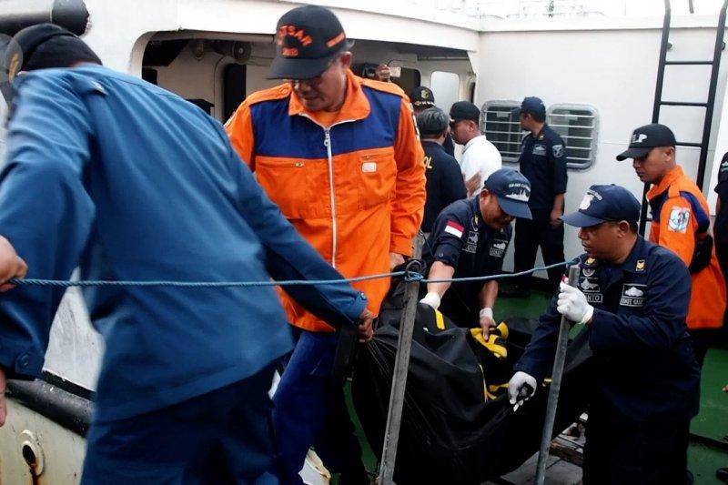 309 penumpang KM Santika Nusantara dievakuasi, 3 tewas.